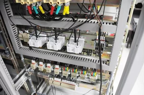 内部线理不好,怎么整出高大上的仪表机柜间!